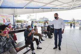 Alcalde de Lima denuncia que adultos mayores de albergue esperaron tres horas para recibir segunda dosis