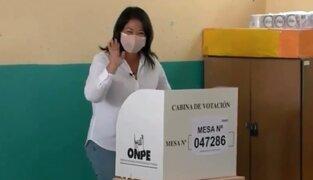 Keiko Fujimori acude a votar y simpatizantes generan aglomeración a su llegada