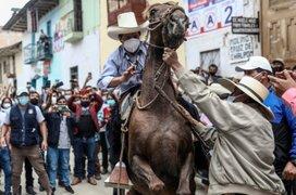 Pedro Castillo sufre percance tras acudir a su centro de votación a caballo