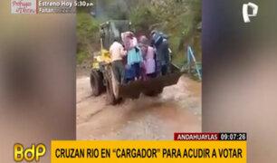 Andahuaylas: Pobladores cruzan río en maquinaria para acudir a su local de votación