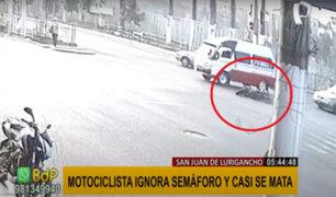 SJL: motociclista salva de morir tras chocar violentamente contra combi