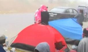 Desalojo en Lomo de Corvina: familias duermen sobre cartones y carpas en la vía pública