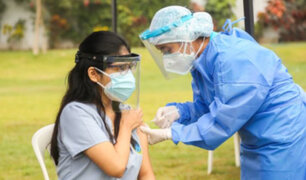 Covid-19: inicia vacunación para 18 mil internos de ciencias de la salud de universidades