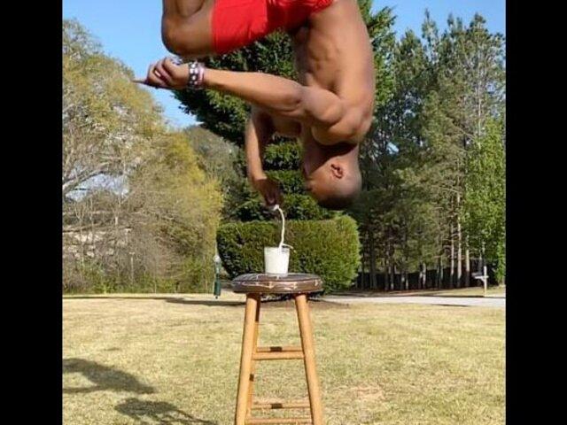 Vea la increíble manera de un atleta para tomar su desayuno