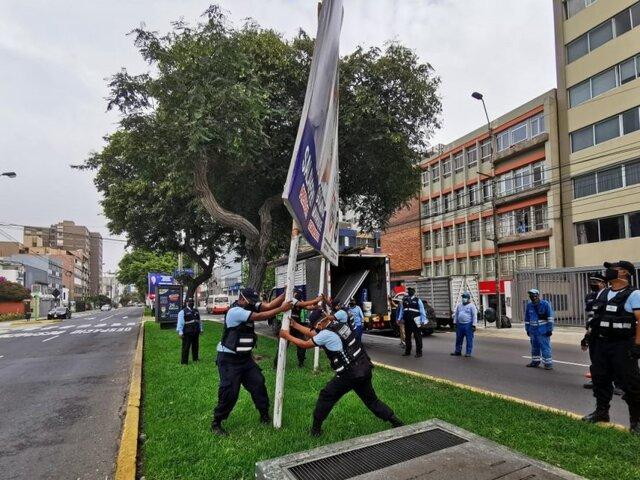 Municipalidad de Miraflores retiró 50 paneles electorales no autorizados