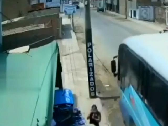 ¡Imprudencia al volante! Chófer invade carril y casi provoca un accidente en Barranca