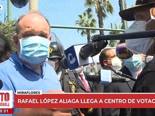 """López Aliaga criticó desorganización en su local de votación y la calificó de """"mamarracho"""""""