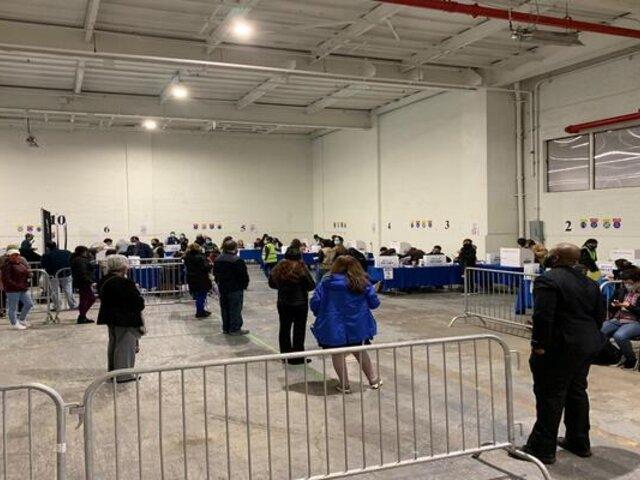 Peruanos formaron largas colas para emitir su voto en Nueva York