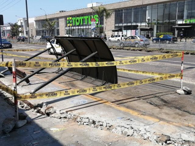 Chorrillos: joven queda herido luego de que paradero de transporte le cayera encima