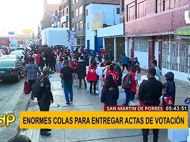 Más de 200 trabajadores de la ONPE realizaron largas colas para entregar actas de votación