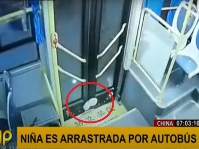 Niña es arrastrada por pista tras quedar con una pierna atrapada en la puerta de un bus
