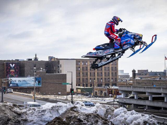 EEUU: Piloto sorprende recorriendo la ciudad en su moto de nieve