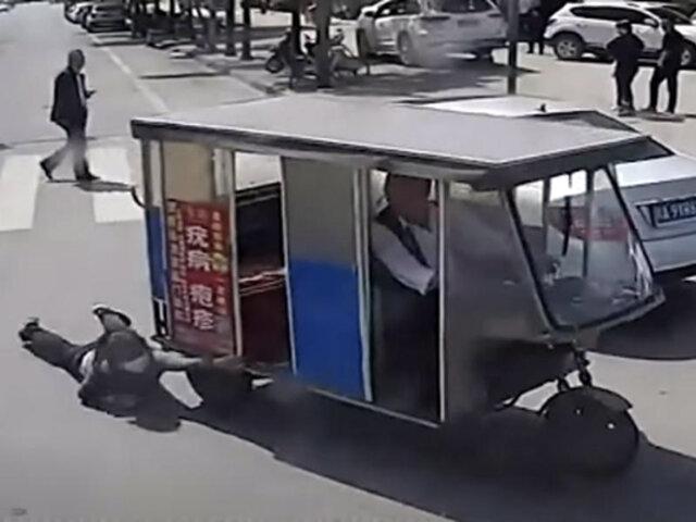 China: conductor de bus salva a mujer que era arrastrada por el asfalto