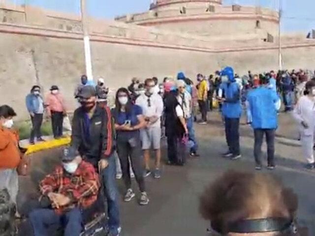 Covid-19: cientos de adultos mayores hacen filas en fortaleza de Real Felipe para ser inmunizados