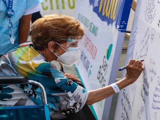 Conozca el mural con emotivos mensajes que dejan los adultos mayores vacunados