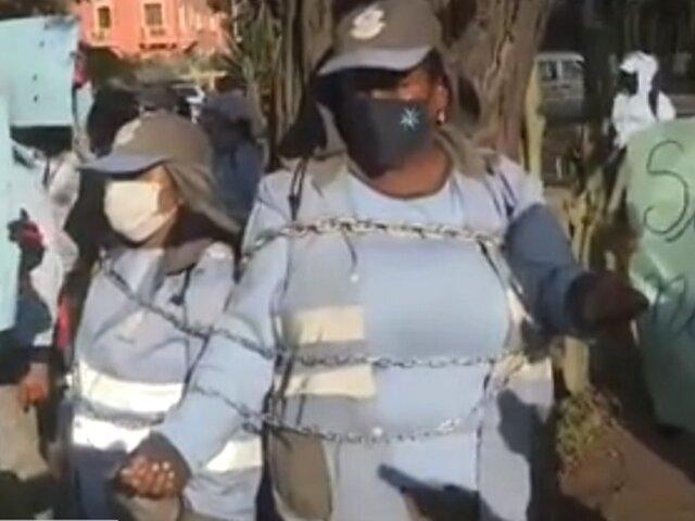 Trabajadoras de limpieza del Callao se encadenan para exigir ser vacunadas