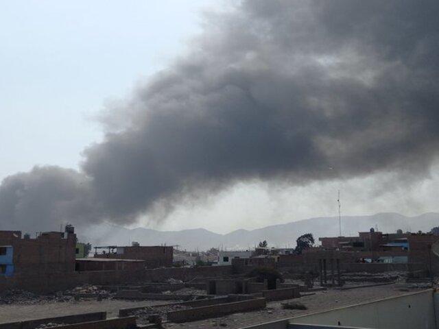 Reportan gigantesco incendio en fábrica de colchones en Huachipa