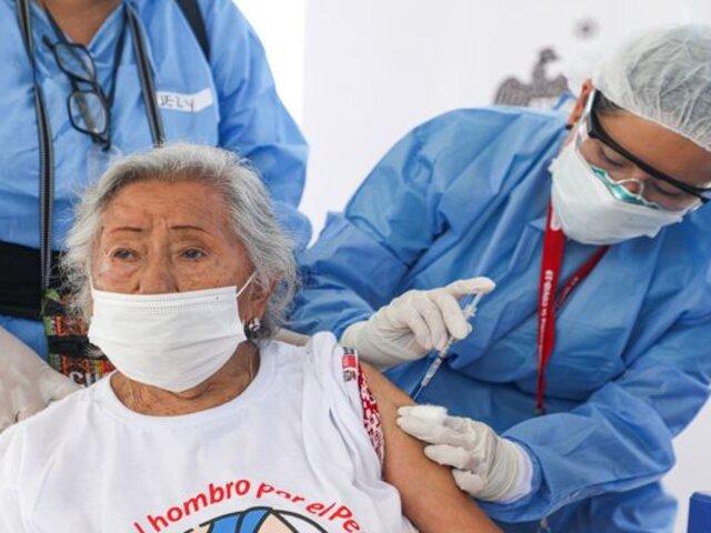 Comas: inició con retraso jornada de vacunación en Centro Cívico Municipal
