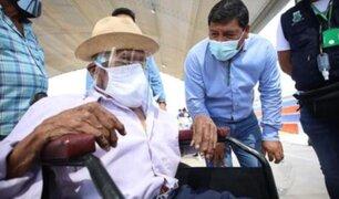 Ica: emocionados padre 104 años y su hijo de 84 se inmunizaron contra la Covid-19