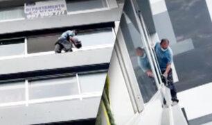 Miraflores: sujeto limpia ventanas de un séptimo piso sin arnés de seguridad