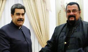 Steven Seagal regala espada de samurái a Nicolás Maduro