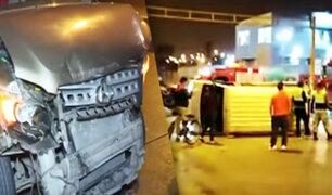 Minivan ignora luz roja y provoca triple choque en Independencia