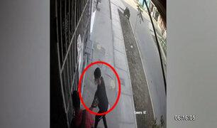 SJL: tres ladrones roban celular a transeúnte que compraba en una tienda