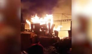 SJL: más de 15 unidades de bomberos acudieron hasta taller de ataúdes para controlar incendio