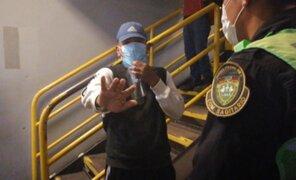 Tendero capturado robando pide que no lo graben porque le da vergüenza