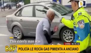 ¡Indignante! Policía rocía gas pimienta a anciano que intentó ser mediador en discusión