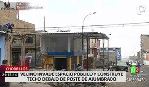 Vecinos denuncian que techo de calamina tapa poste de alumbrado público en Chorrillos