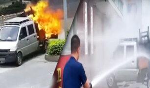 Camioneta en llamas llega hasta una estación de bomberos