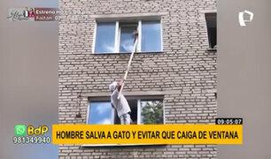 Rusia: hombre arriesga su vida para salvar un gato que quedó atorado en ventana