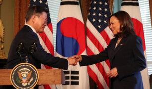 Kamala Harris se limpia la mano en pantalón tras saludar al presidente de Corea del Sur