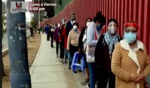 Ciudadanos se aglomeran y forman largas colas en centros de vacunación