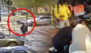 Cercado de Lima: motociclista queda herido tras chocar con auto que pasó la luz roja