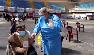 Abuelito recibe segunda dosis contra la Covid-19 y baila al ritmo del carnaval cajamarquino