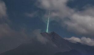 ¡Impresionante! Meteoro cae sobre el volcán más activo de Indonesia