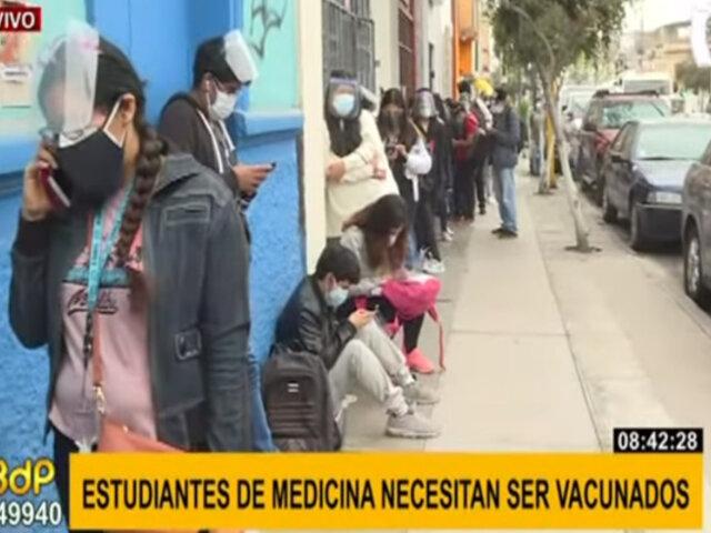 Estudiantes de medicina forman largas colas para ser vacunados contra la covid-19