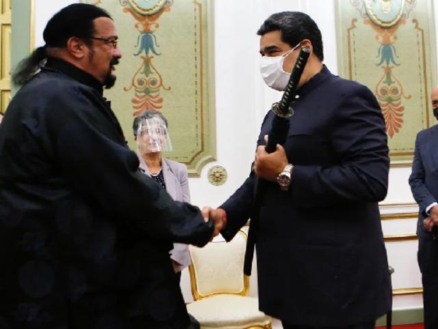 Venezuela: Nicolás Maduro recibió al actor Steven Seagal en el palacio presidencial