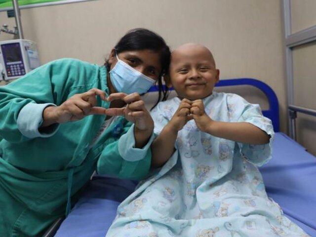 Pequeño luchador: menor recibió el alta médica tras vencer al cáncer