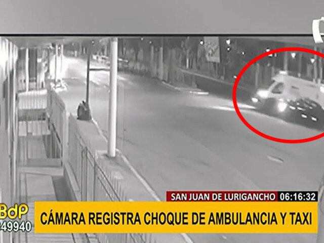 SJL: cámara capta violento choque entre una ambulancia y un taxi