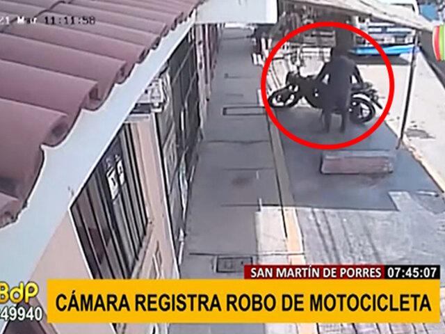 SMP: así de fácil se llevó un ladrón una motocicleta estacionada en la calle
