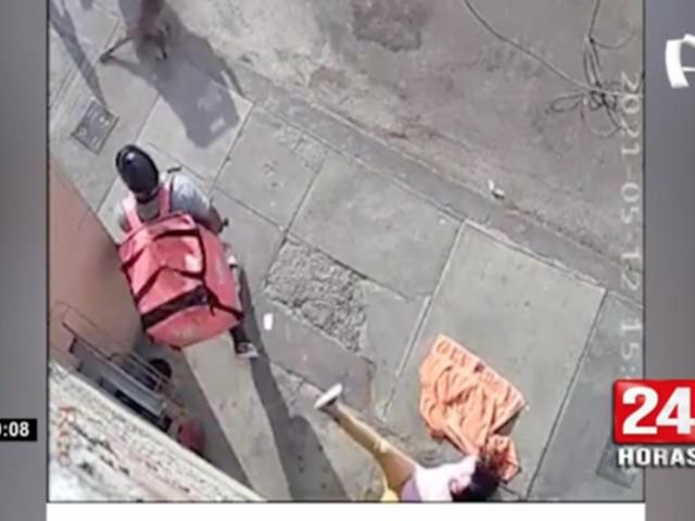 Ladrón lanza al suelo a mujer durante asalto en Surquillo