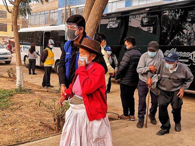 Huachipa: adultos mayores son trasladados en buses hasta  centro de vacunación
