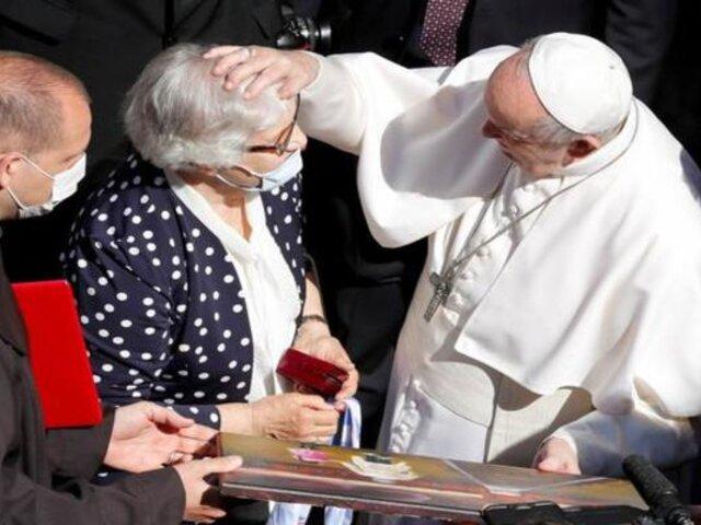 Papa Francisco besó número que le tatuaron a víctima del Holocausto