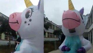 Mujer acude a centro de votación disfrazada de unicornio para evitar contagio de COVID-19