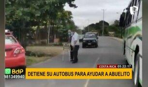 ¡Gran ejemplo! Conductor detiene autobús para ayudar a cruzar la pista a un abuelito