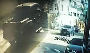 Exceso de velocidad ocasiona choque de camioneta y moto lineal en Surco