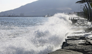 Cierran más de 100 puertos de todo el litoral peruano por oleajes anómalos